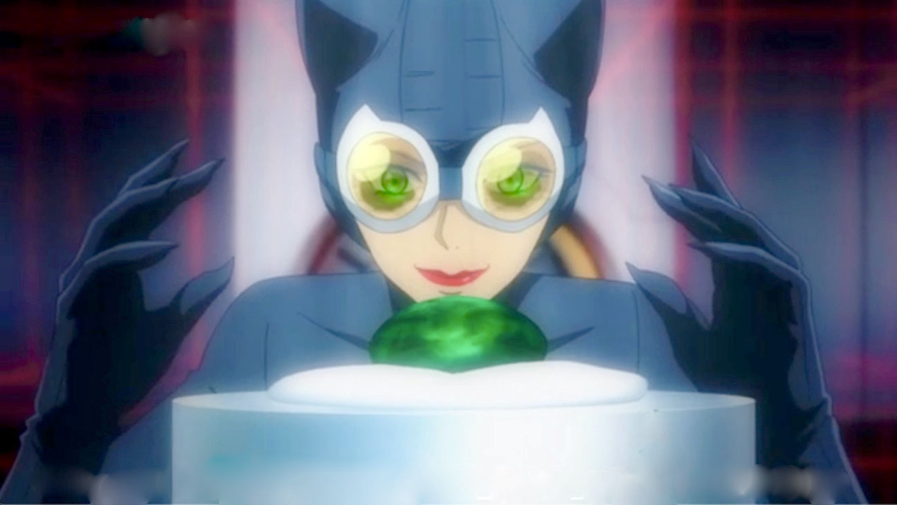 Catwoman prepares to steal a green jewel in Catwoman: Hunted