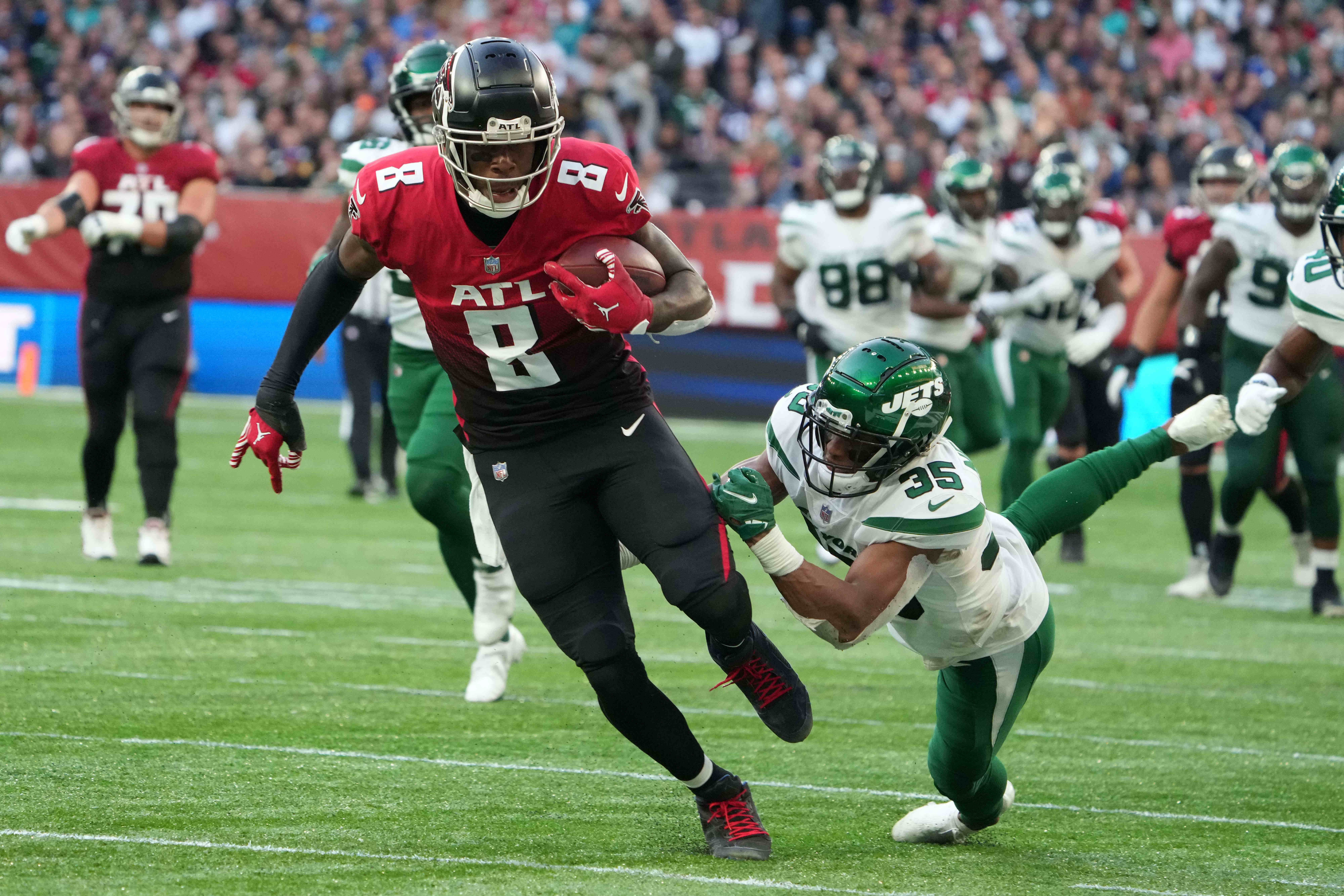 Atlanta Falcons tight end Kyle Pitts (8) is defended by New York Jets defensive back Sharrod Neasman (35) in the second half during an NFL International Series aame at Tottenham Hotspur Stadium. The Falcons defeated the Jets 27-20.