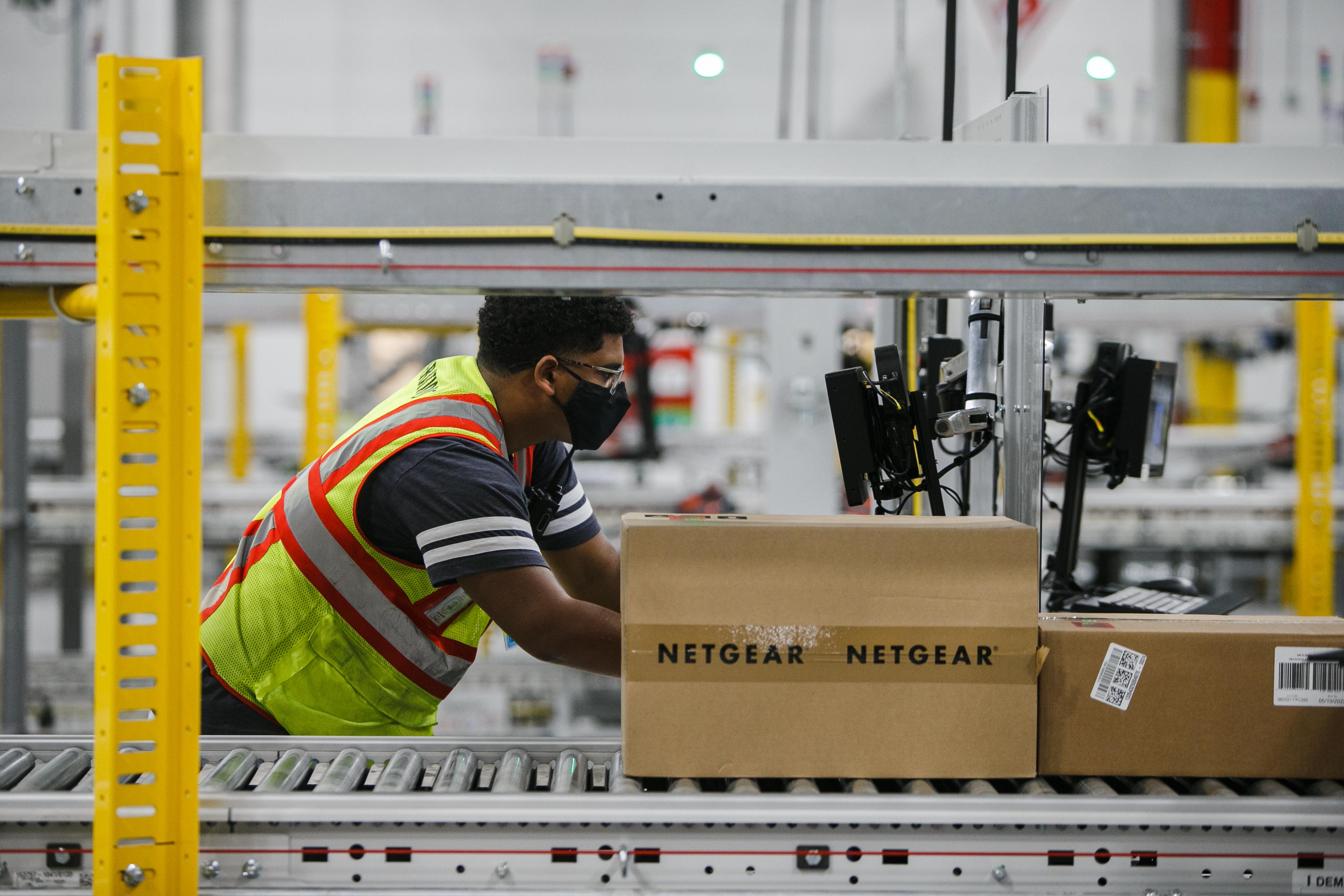 An Amazon employee at the Amazon Fulfillment Center in Matteson Wednesday morning, Oct. 13, 2021. Mark Capapas/Sun-Times