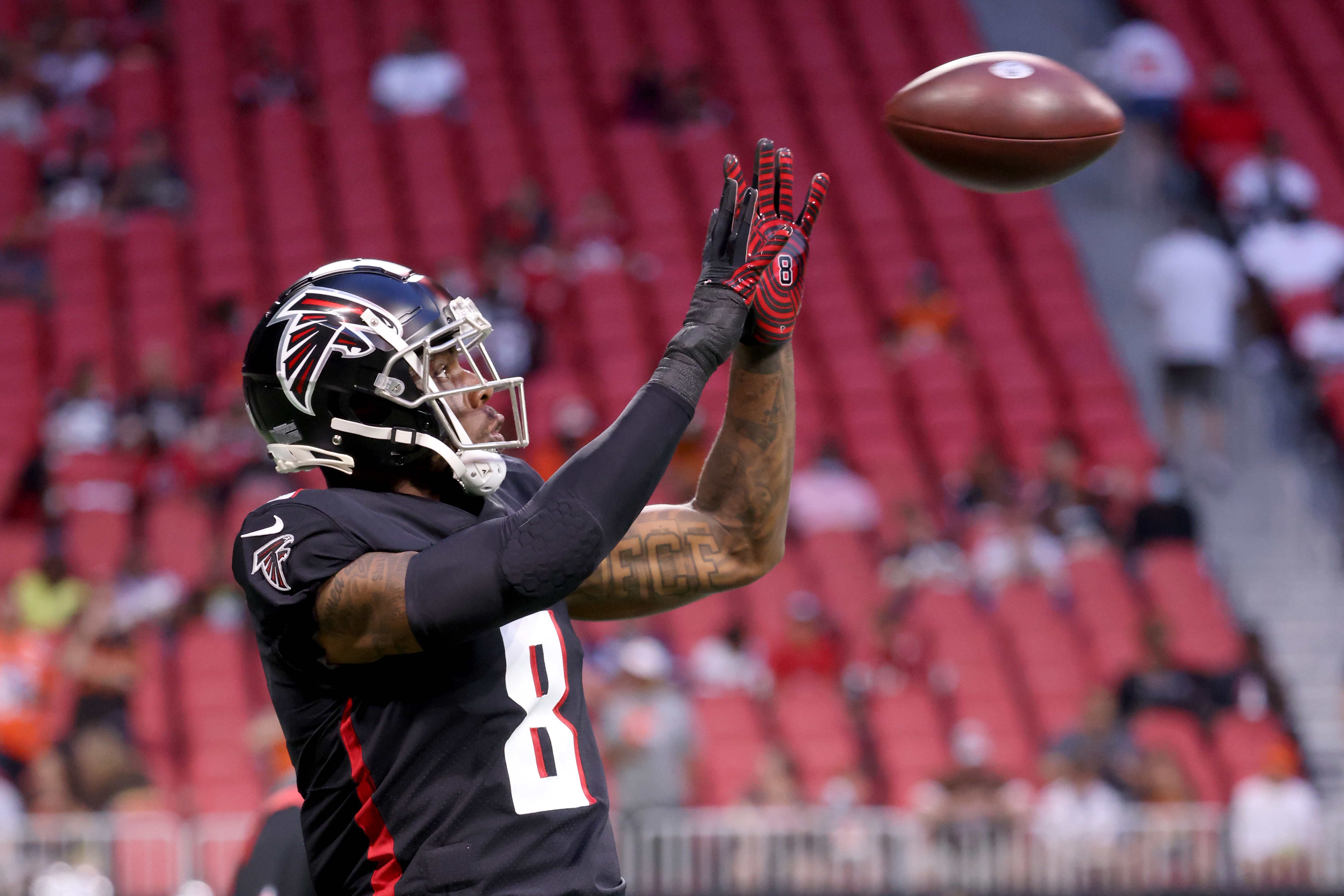 Atlanta Falcons tight end Kyle Pitts (8) catches a pass during warmups before their game against the Cleveland Browns at Mercedes-Benz Stadium.