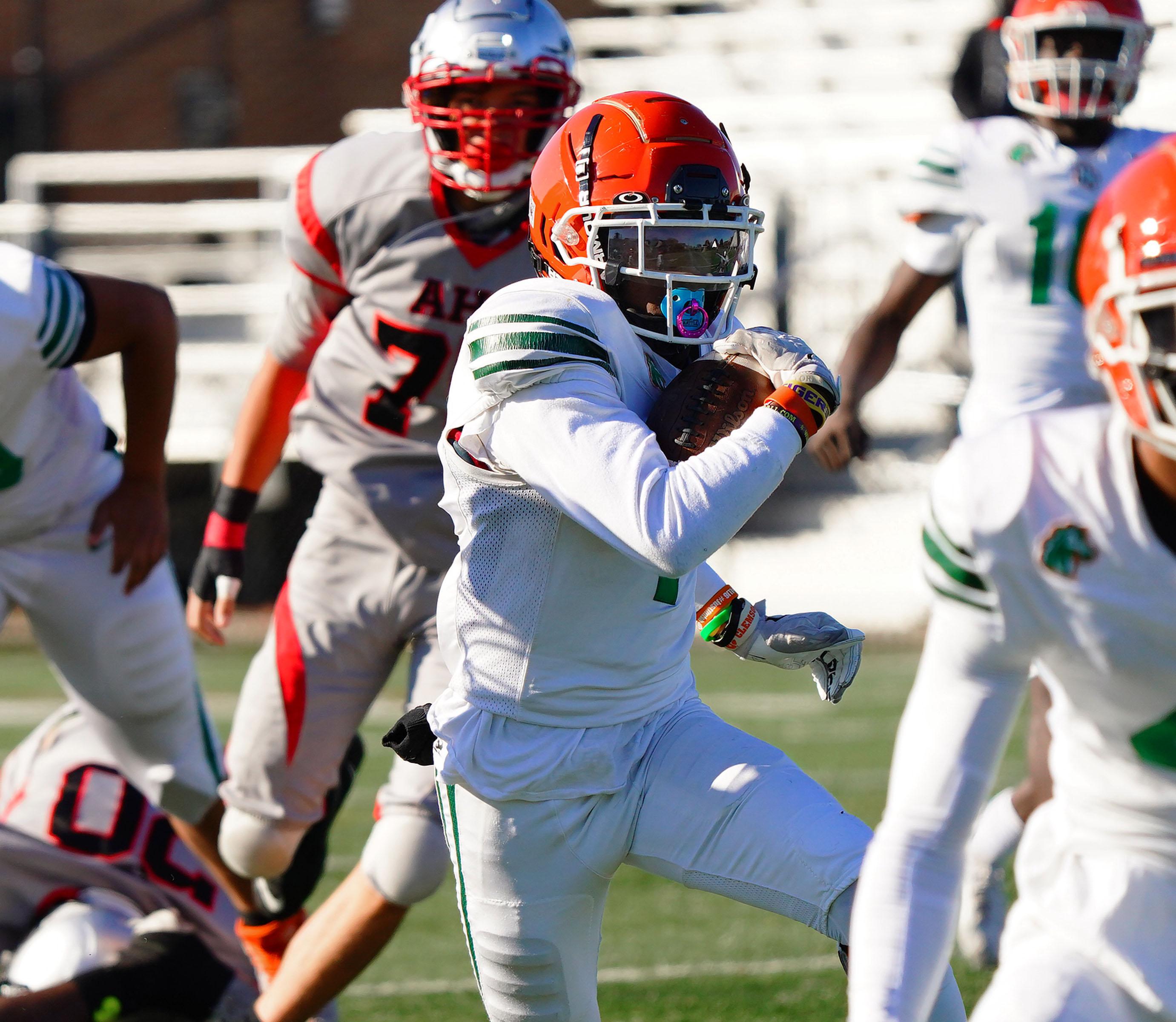 Morgan Park's Tysean Griffin (1) takes off on a 48 yard touchdown run against Amundsen.